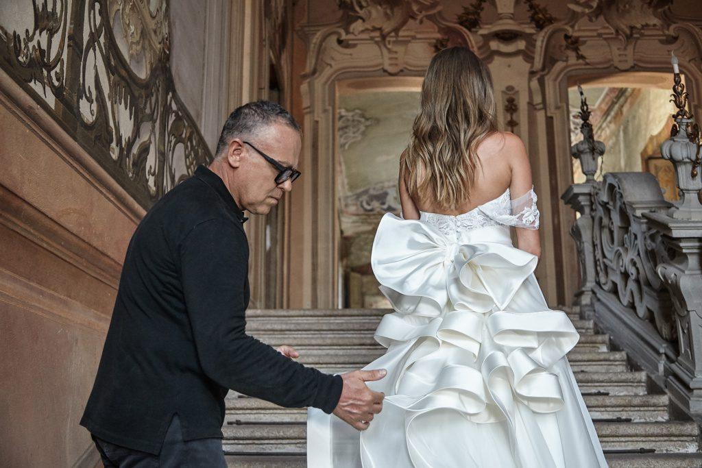 lo stilista Stefano Blandaleone perfeziona un suo abito da sposa durante un trunk show